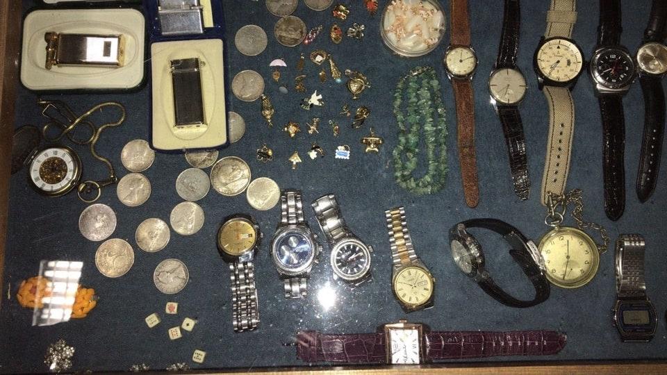 Medaglie, monete, orologi da polso e cipolle, gemelli, spille varie, portachiavi, ecc...-2