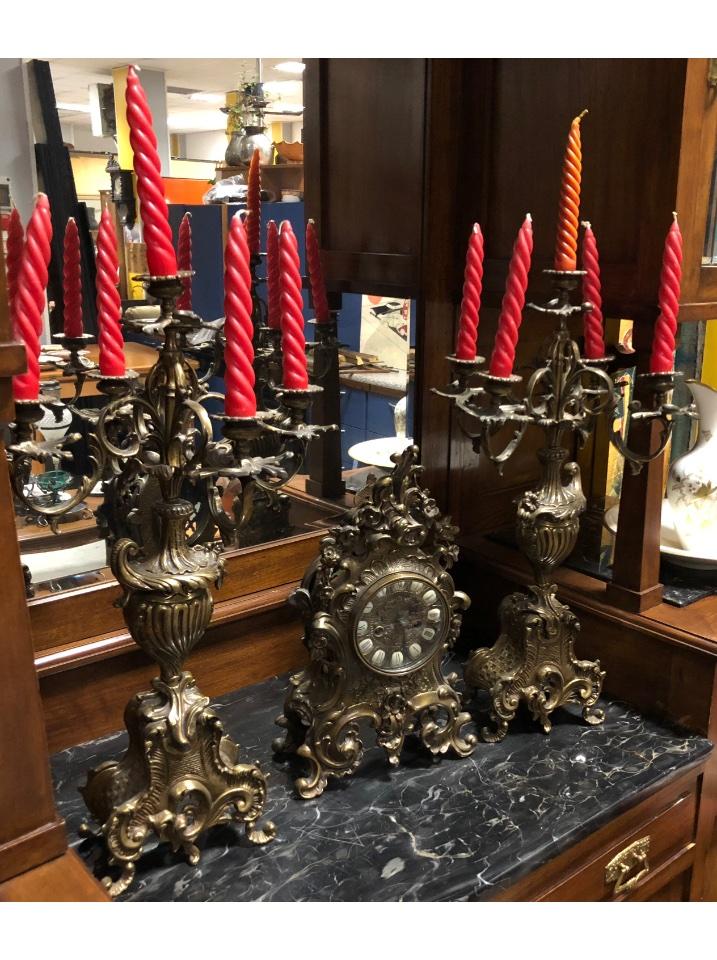 trittico rifacimento novecento candelabri a cinque braccia con motivi floreali con zampa ricciolo orologio sempre a motivi floreali funzionante non necessita di restauro